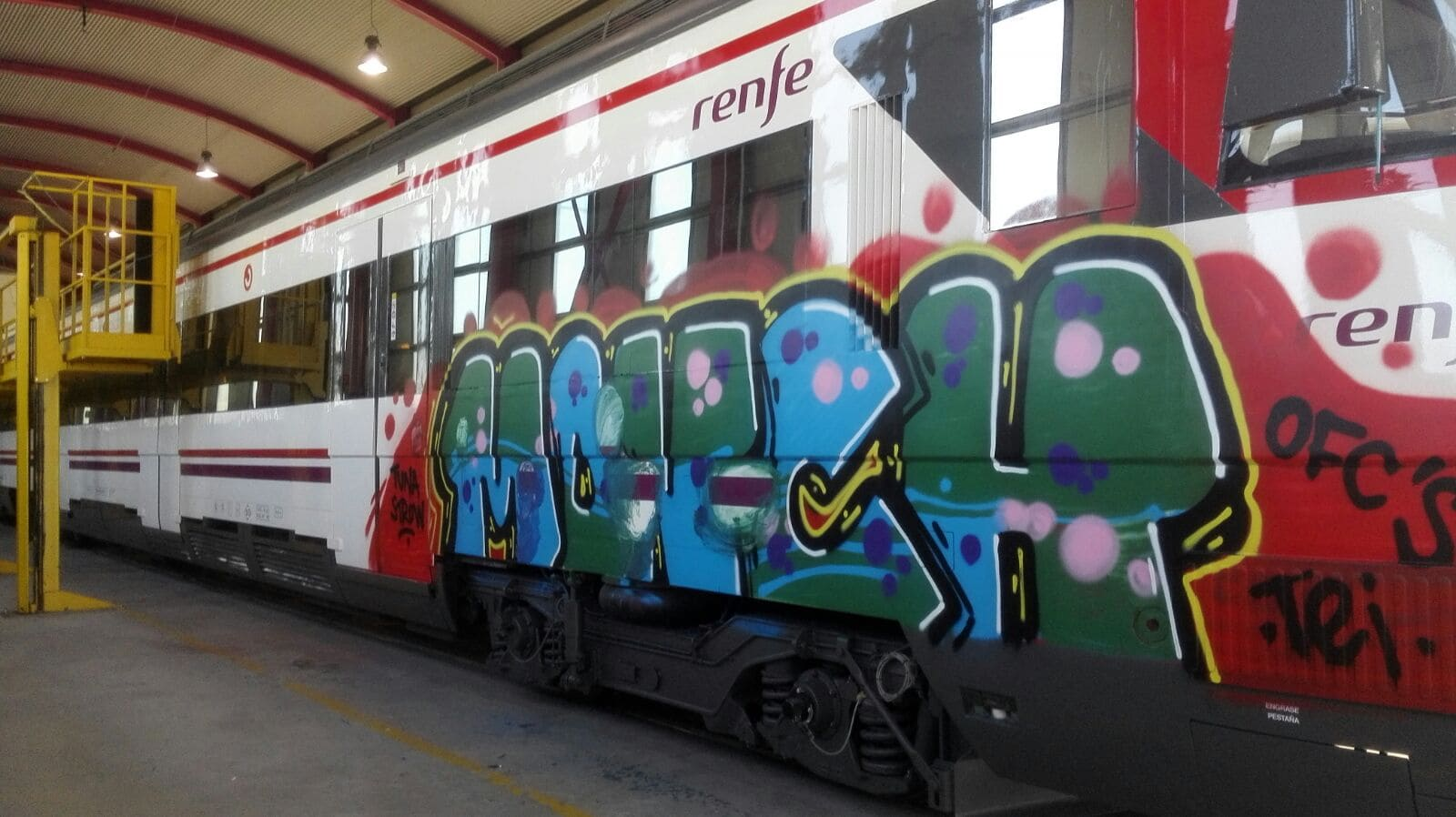 tren renfe madrid con graffiti
