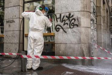 Un operario borra un graffiti en la plazuela de Antonio Vega