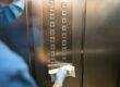 Limpieza de ascensor con guantes y mascarilla